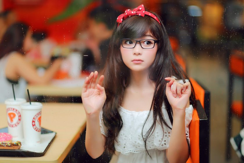 hình ảnh gái xinh đeo mắt kính che mặt