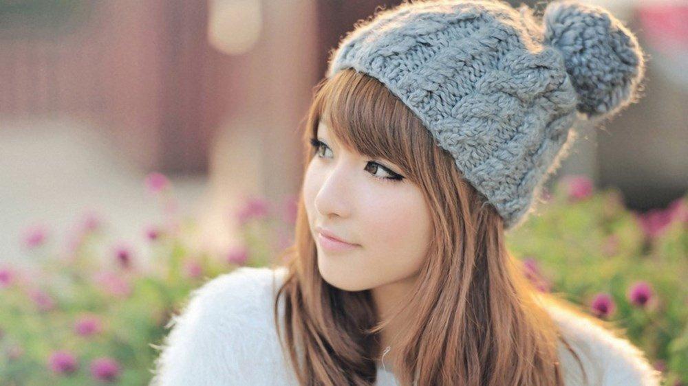 hình gái xinh đeo mắt kính tóc ngắn che mặt