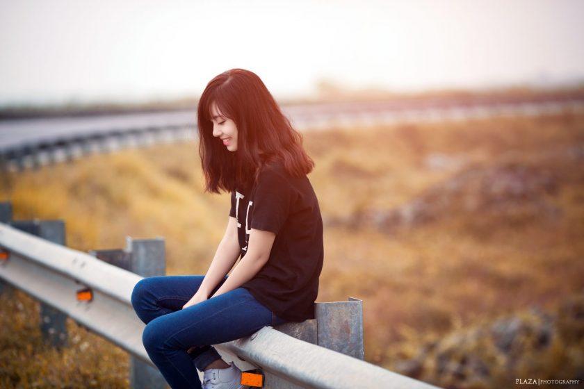 hình gái xinh đeo mắt kính tóc dài che mặt