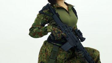 ảnh gái xinh cầm súng