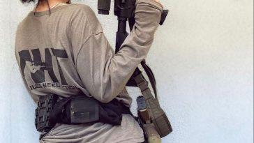 hình ảnh cô gái cầm súng